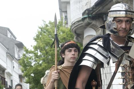 Desfile del Arde Lucus con varios vecinos caracterizados de romanos. | Eliseo Trigo