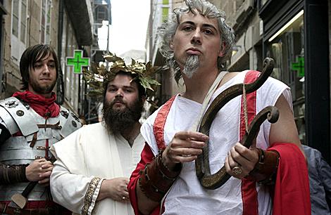 Un grupo de jóvenes, con un atuendo muy romano y muy festivo... | Efe
