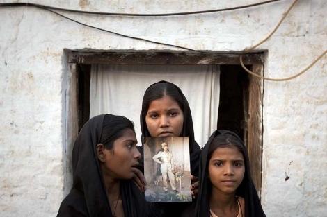 Las hermanas de Bibi, con su foto.  Reuters