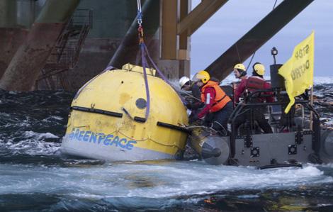 Activistas de Greenpeace intentan bloquear las prospecciones en Groenlandia.