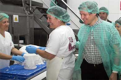 Ciolos (d), durante su visita a una quesería en Taboada, Lugo.| Efe