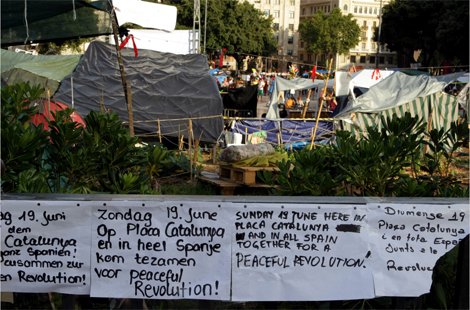 Llamamiento plurilingüe a la protesta pacífica en la plaza. | Domènec Umbert