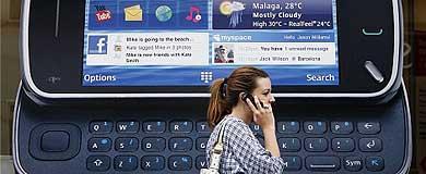 Una mujer pasa frente a un anuncio de Nokia en Londres | Luke MacGregor