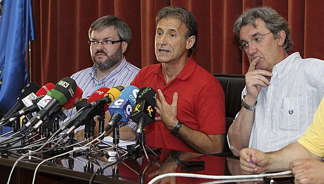 Los tres diputados autonómicos electos con Pedro Escobar, en el centro, durante la rueda de prensa | Efe