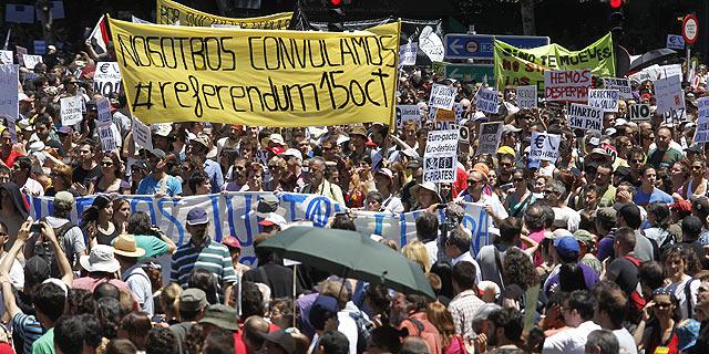 Miles de manifestantes en el entorno de la Plaza de Neptuno, en Madrid. | Sergio González VEA MÁS IMÁGENES