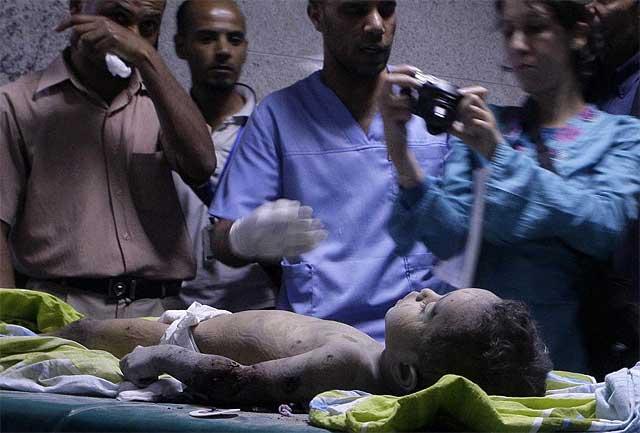 Imagen de un niño muerto tomada en el viaje organizado por Trípoli.| Afp