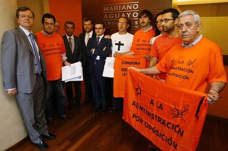 Varios de los funcionarios demandantes junto al abogado Mariano Aguayo. | Madero Cubero