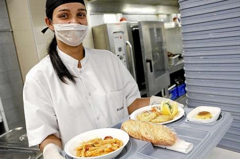 Dietista de Sodexo exhibe uno de los platos elaborados para pacientes.   Justy