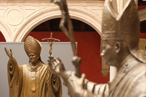 Dos de los bocetos en bronce a escala de la estatua definitiva de Karol Wojtyla. | Carlos Márquez
