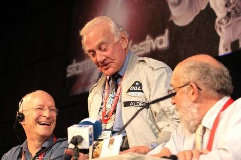 Aldrin (c), el también astronauta Claude Nicollier (i) y Michel Mayor (d). | Pepe Torres.