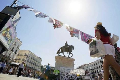 Mensajes y pancartas en lo que queda de acampada en la Puerta del Sol. | Efe