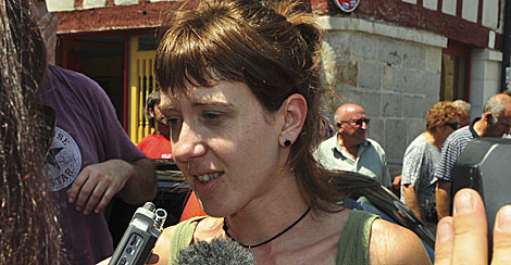 Aurore Martin habla con la prensa durante su arresto frustrado. | Efe | Rémi Rivière