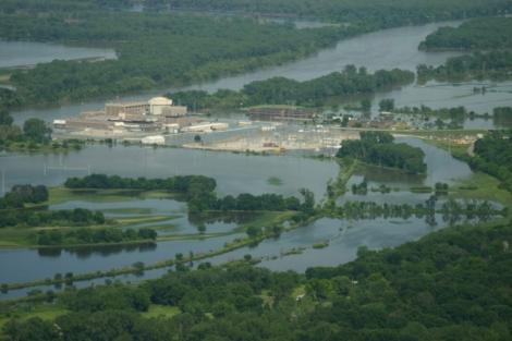 Central nuclear de Fort Calhoun sumergida bajo el agua. | EL MUNDO