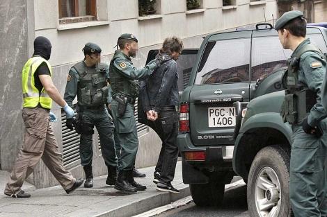 Guardias civiles trasladan a uno de los detenidos en Bilbao. | Foto: Efe | Alfredo Aldai