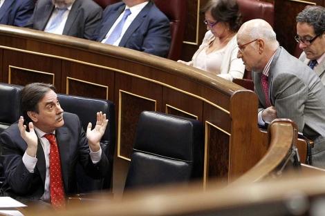 Valeriano Gómez charla con Josep Antoni Duran Lleida en el Congreso. | Efe