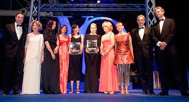 Las premiadas con algunos de los protagonistas de la noche. | ELMUNDO.es