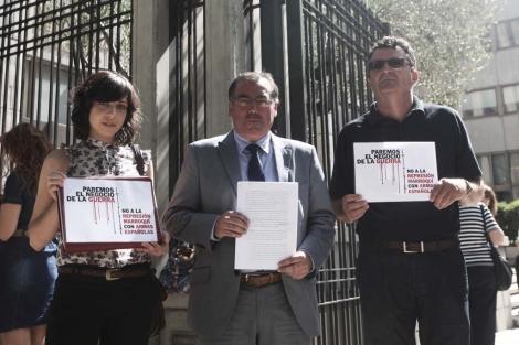 Cristina de la Serna, el abogado Javier Ruiz y José Taboada en el Ministerio. | Roberto Cardenas