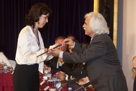 La 'popular' María Luisa Ceballos recibe el bastón de mando de la Diputación de Córdoba. | M. Cubero