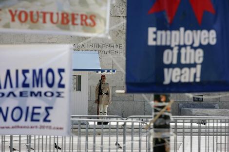 Carteles con mensaje protesta frente al Parlamento griego. | Efe