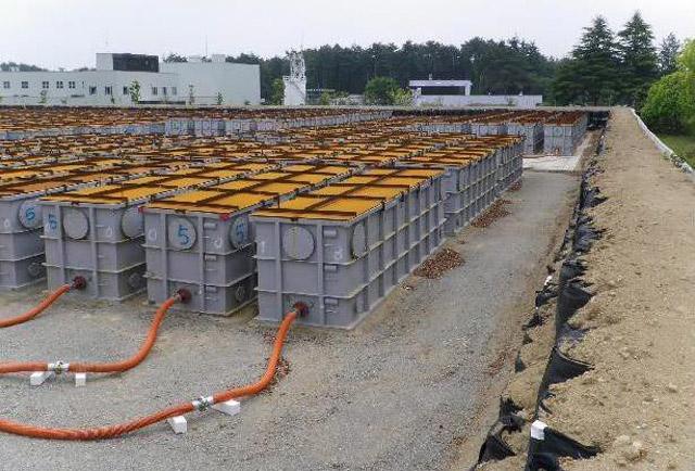 Tanques para el almacenamiento provisional de agua radiactiva en Fukushima.   AP