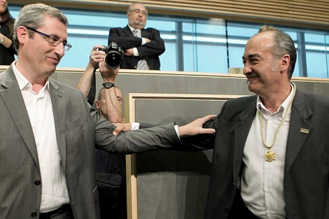 Markel Olano y Martin Garitano, tras la investidura de éste como diputado general. | Efe