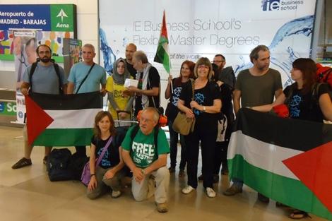 Algunos de los activistas en el aeropuerto de Barajas.