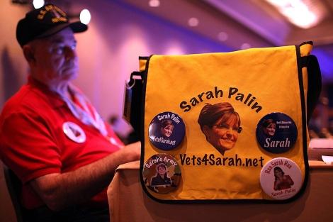 Un admirador escucha a Sarah Palin en un discurso en Nueva Orleáns.   AFP