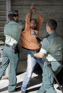 Uno de los activistas es llevado al juzgado. | Lavandeira