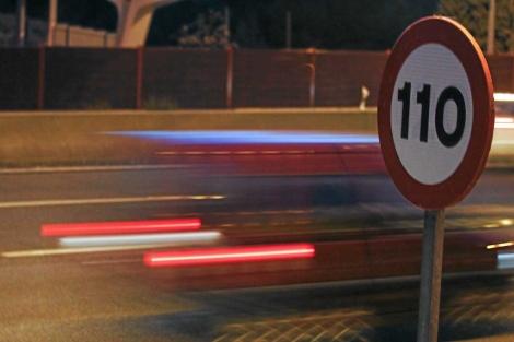 Un vehículo pasa junto a una señal de límite 110 km/h en la A-6. | Alberto Cuéllar