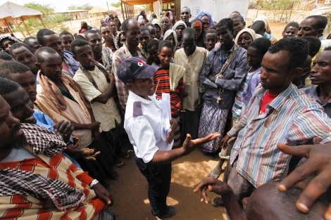 Somalíes recien llegados al campo de Dadaab escuchan a un guardia.  Dai Kurokawa/EFE