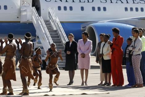 Michelle Obama y sus hijas, a la llegada a Botswana, durante su visita oficial. | Ap