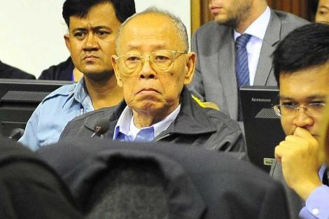 El ex ministro de Exteriores del Jemer Rojo, Ieng Sary, sentado en el banquillo. | Efe