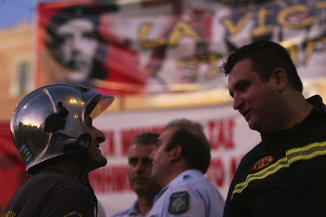 Policías y bomberos entre los indignados. | Efe