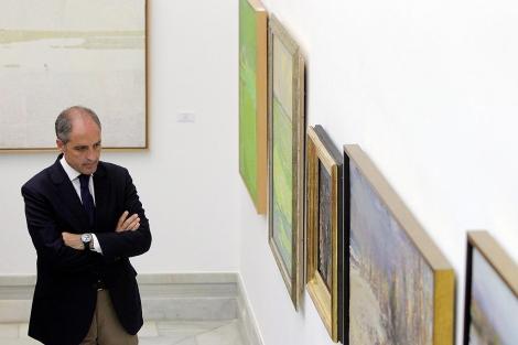 Francisco Camps observa algunas de las obras de la muestra | Efe