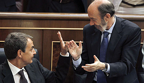 El vicepresidente Rubalcaba aplaude a Zapatero tras intervenir. | Efe