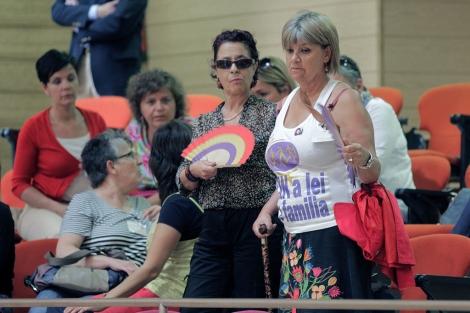 Un grupo de mujeres siguió el debate en el interior del Parlamento. | Efe