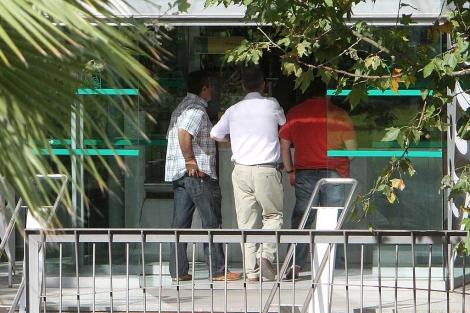 Tres agentes de paisano entrando, este miércoles, en la Consejería de Medio Ambiente.   C. Márquez