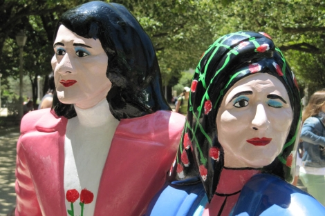 'Las dos Marías' es una estatua colocada en la entrada de la alameda de Santiago.