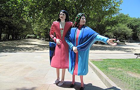 Las dos hermanas, con su particular vestimenta, y la alameda al fondo.