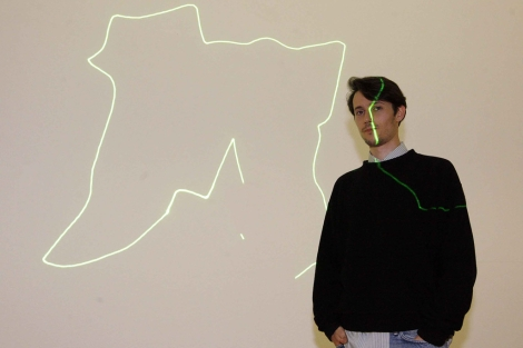 Rubén Grilo, ante una de sus propuestas con láser. | Marta G. Brea