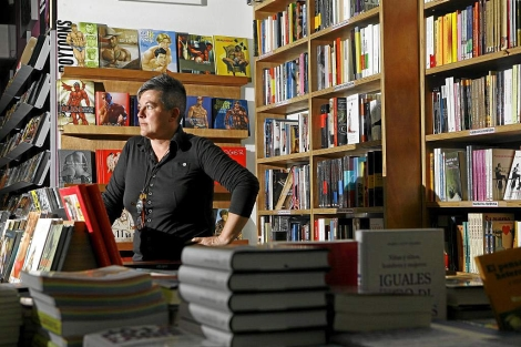 Mili Hernández, la propietaria de la librería Berkana. | Antonio M. Xoubanova