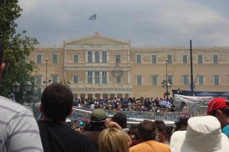 Miles de manifestantes ante el Parlamento griego.   M. Albiol