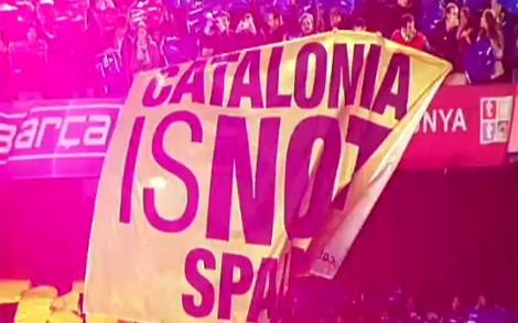 Fotograma del vídeo en el que puede verse el lema.