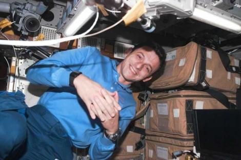 El astronauta Pedro Duque, durante su misión en el Discovery en 1998. | NASA.