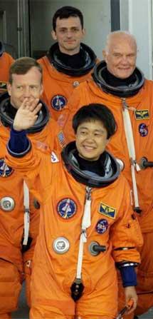 Duque y sus compañeros de misión se dirigen a la rampa de lanzamiento. | NASA