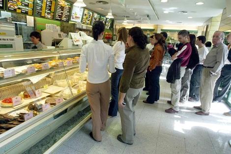 Clientes hacen cola para comprar los conocidos sandwiches de Rodilla.   Antonio Heredia