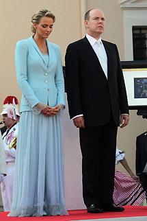 Los novios, tras la ceremonia civil. | Afp