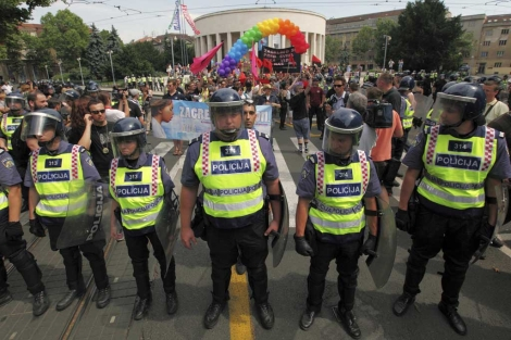 Fuerte presencia policial en el desfile del Orgullo Gay en Zagreb, Croacia.   Reuters