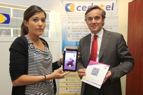 Neftis Atallán y Luis Añíbarro sostienen un 'tablet' con la aplicación. | M. Álvarez