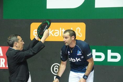 José Luis Bilbao otorga la 'txapela' al 'pelotari' Yves Salaberri 'Xala' en Bilbao.   Patxi Corral